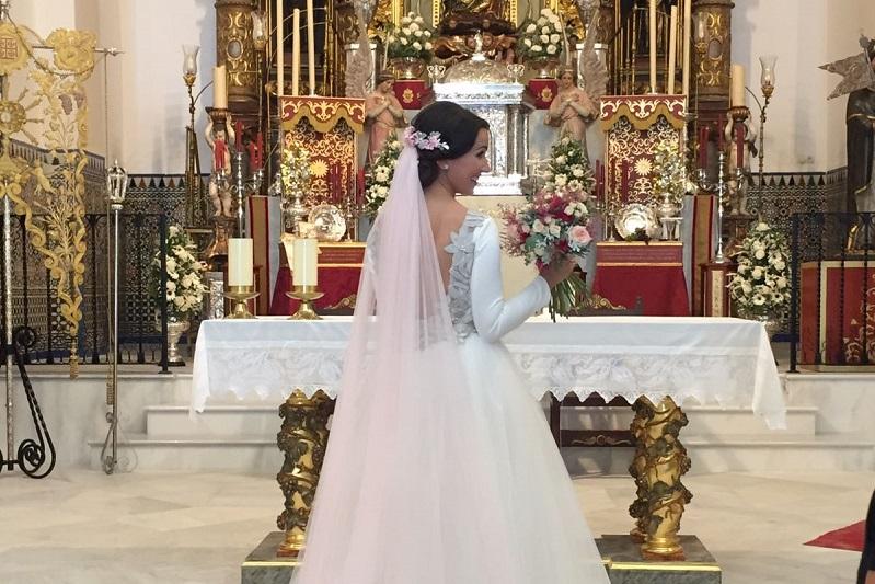 Descubre en el blog de bodas wedding ideas, el precioso vestido de novia de Fatima quien lució un velo rosa