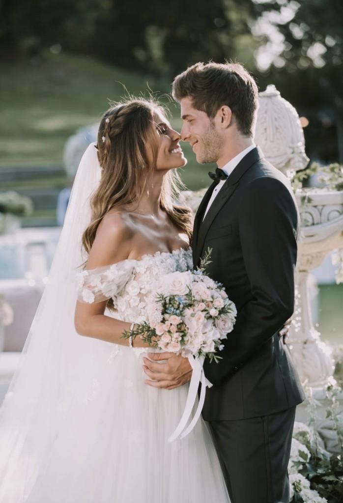 tenemos las imágenes de la idílica boda de la modeloCoral Simanovichy el jugador de futbol del FC Barcelona,Sergi Roberto. La ceremonia se celebró el miércoles 30 de mayo en un espectacular jardín de Tel Aviv y Coral escogió la marca española de Pronovias para su vestido de novia.